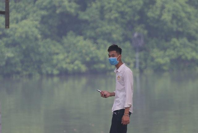 Người dân Hà Nội đeo khẩu trang ra đường khi dịch COVID-19 có nhiều diễn biến mới - Ảnh 12.