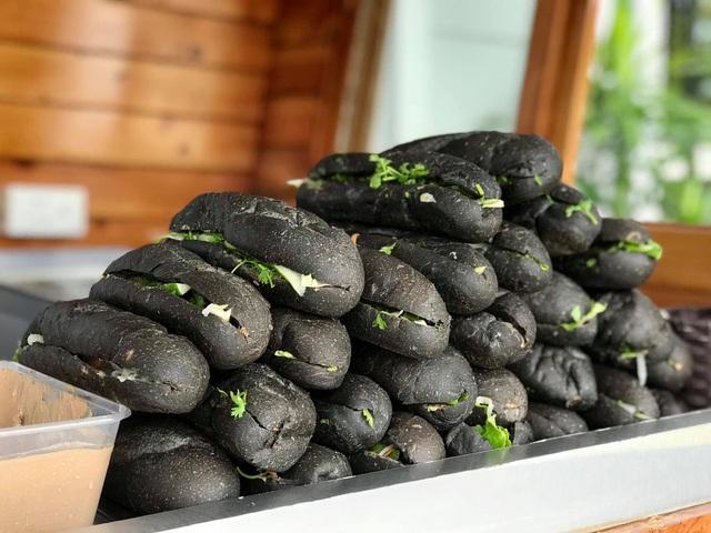 Bánh mì đen như than và những kiểu độc lạ chỉ có ở Việt Nam - Ảnh 1.
