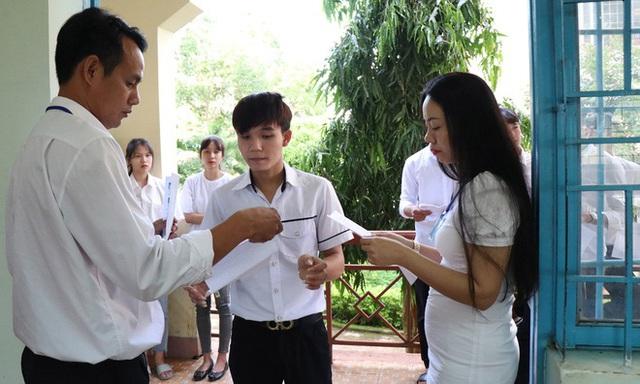 Thí sinh ngồi cách nhau 1,2 m, đeo khẩu trang khi dự thi tốt nghiệp - Ảnh 1.