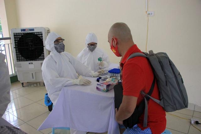 Hối hả đi xét nghiệm COVID-19, người Hà Nội thở phào khi nhận kết quả âm tính - Ảnh 12.