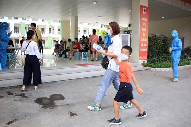 Hối hả đi xét nghiệm COVID-19, người Hà Nội thở phào khi nhận kết quả âm tính - Ảnh 6.