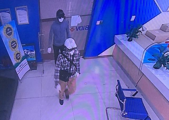 Kẻ cướp hơn 900 triệu đồng tại Chi nhánh ngân hàng BIDV Ngọc Khánh đối diện nhiều tội danh? - Ảnh 1.