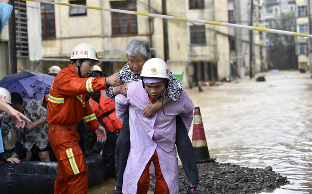 Tin lũ lụt mới nhất ở Trung Quốc: Người lính cứu hỏa khốn khổ dìm chân trong nước 30 tiếng đồng hồ liên tục - Ảnh 6.