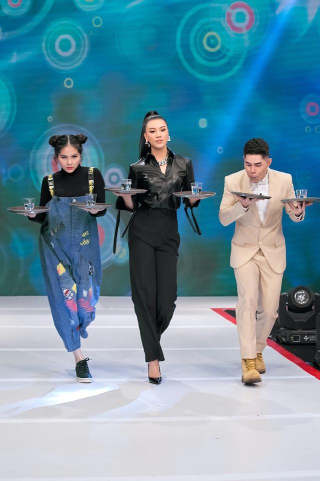 Vừa bê khay nước vừa catwalk, Vân Trang ngã sấp mặt trên sân khấu - Ảnh 1.