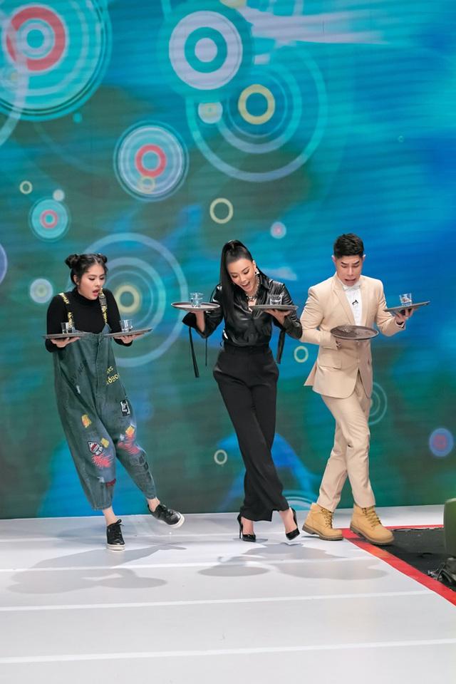 Vừa bê khay nước vừa catwalk, Vân Trang ngã sấp mặt trên sân khấu - Ảnh 2.