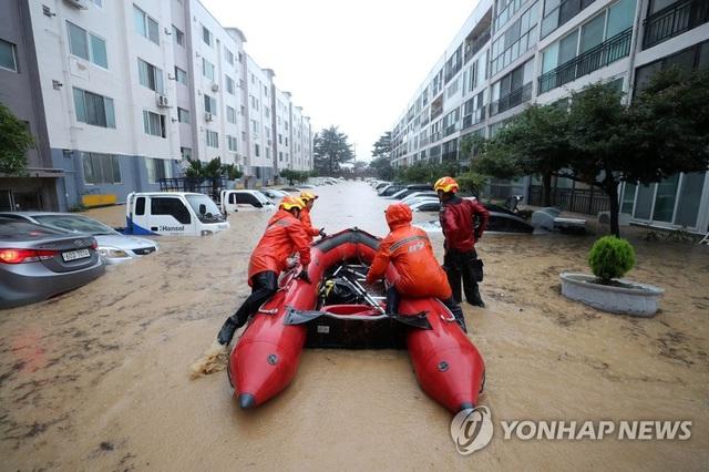 Hàng trăm ngôi nhà, ôtô ở Hàn Quốc ngụp lặn trong nước - Ảnh 2.