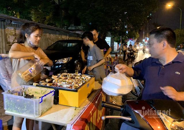 Bếp nướng hải sản thơm lừng, tràn ra vỉa hè bán 5.000 đồng/con - Ảnh 1.