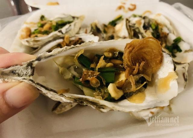 Bếp nướng hải sản thơm lừng, tràn ra vỉa hè bán 5.000 đồng/con - Ảnh 2.
