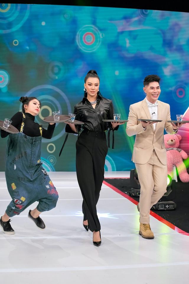 Vừa bê khay nước vừa catwalk, Vân Trang ngã sấp mặt trên sân khấu - Ảnh 3.