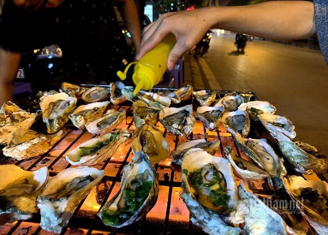 Bếp nướng hải sản thơm lừng, tràn ra vỉa hè bán 5.000 đồng/con - Ảnh 3.
