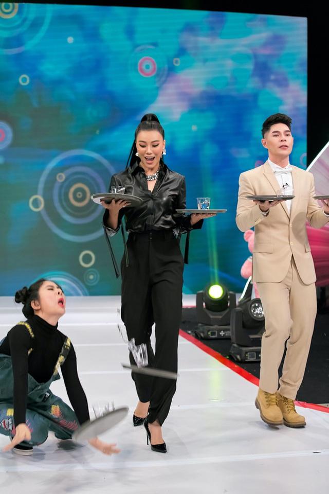 Vừa bê khay nước vừa catwalk, Vân Trang ngã sấp mặt trên sân khấu - Ảnh 4.