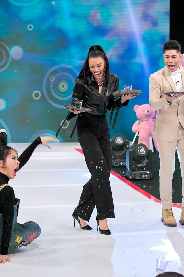 Vừa bê khay nước vừa catwalk, Vân Trang ngã sấp mặt trên sân khấu - Ảnh 5.