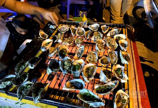 Bếp nướng hải sản thơm lừng, tràn ra vỉa hè bán 5.000 đồng/con - Ảnh 5.
