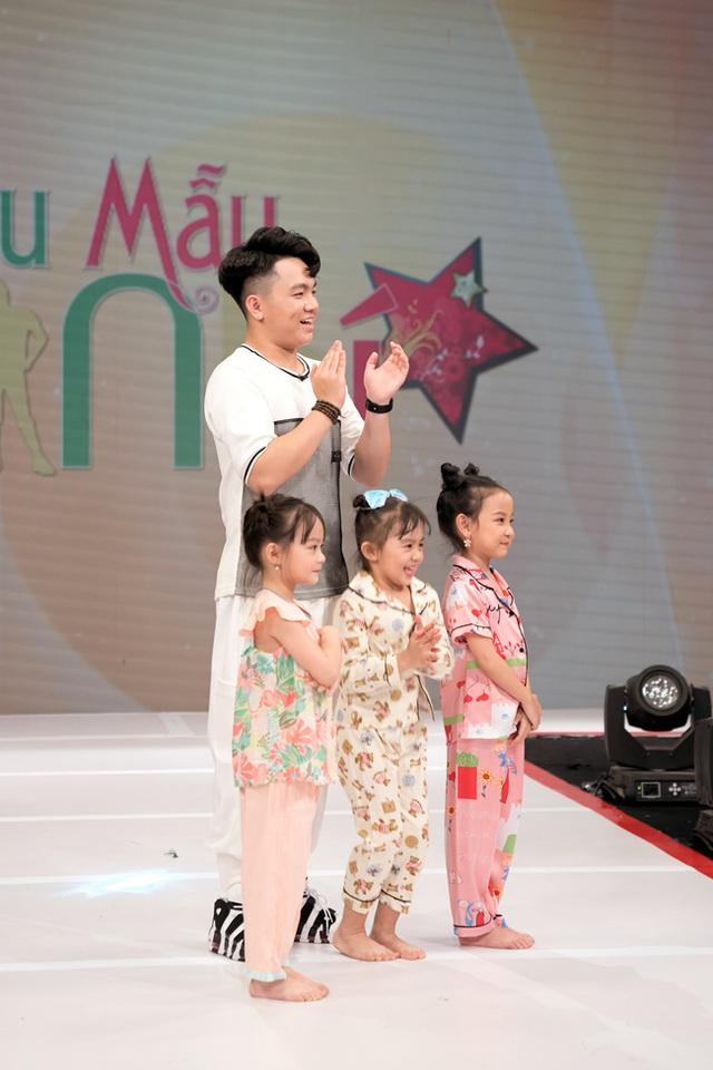 Vừa bê khay nước vừa catwalk, Vân Trang ngã sấp mặt trên sân khấu - Ảnh 8.