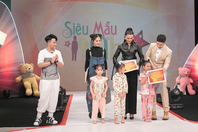 Vừa bê khay nước vừa catwalk, Vân Trang ngã sấp mặt trên sân khấu - Ảnh 9.