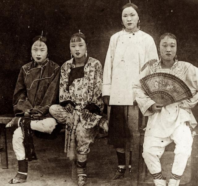 Loạt ảnh quý giá phản ánh cuộc sống chân thật của những kỹ nữ lầu xanh cuối thời nhà Thanh - Ảnh 10.
