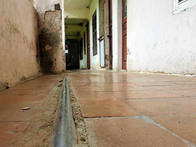 Cận cảnh căn nhà tập thể nghiêng 14 độ ở Hà Nội, hơn 200 người sốngtrong sợ hãi - Ảnh 10.