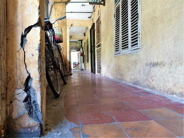 Cận cảnh căn nhà tập thể nghiêng 14 độ ở Hà Nội, hơn 200 người sốngtrong sợ hãi - Ảnh 5.
