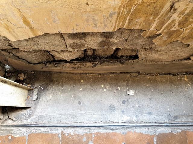 Cận cảnh căn nhà tập thể nghiêng 14 độ ở Hà Nội, hơn 200 người sốngtrong sợ hãi - Ảnh 6.
