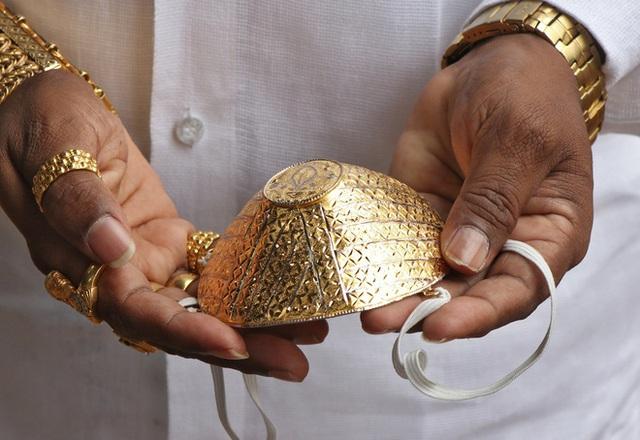 Doanh nhân Ấn Độ đeo khẩu trang vàng 4.000 USD để chống Covid - Ảnh 2.