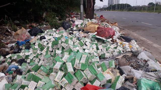 Cần xử lý nghiêm hành vi vứt bỏ hàng trăm lọ sản phẩm giảm cân ở vỉa hè Đại lộ Thăng Long - Ảnh 2.