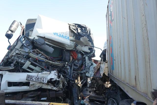Xe tải và container đâm trực diện, 3 người trọng thương - Ảnh 2.