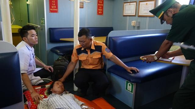 Cứu kịp thời một thuyền viên gặp nạn trên vùng biển Thừa Thiên Huế  - Ảnh 1.