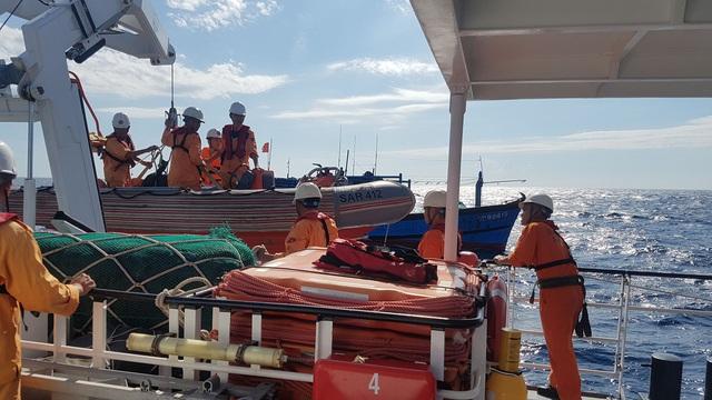 Cứu kịp thời một thuyền viên gặp nạn trên vùng biển Thừa Thiên Huế  - Ảnh 2.