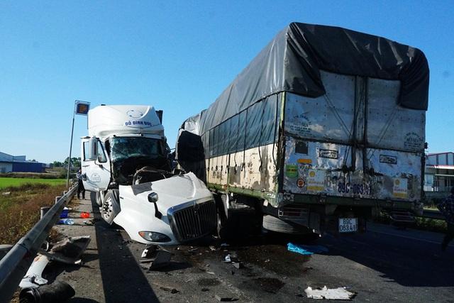 Xe tải và container đâm trực diện, 3 người trọng thương - Ảnh 1.