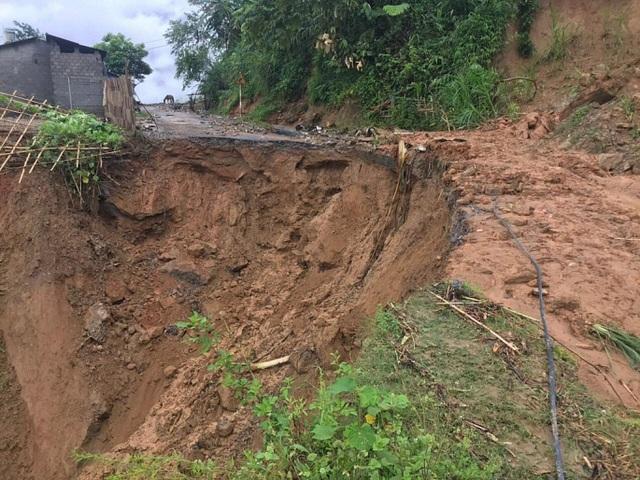 Lào Cai thiệt hại 10 tỷ đồng do mưa bão, sẵn sàng sơ tán người dân khỏi khu vực nguy hiểm - Ảnh 3.