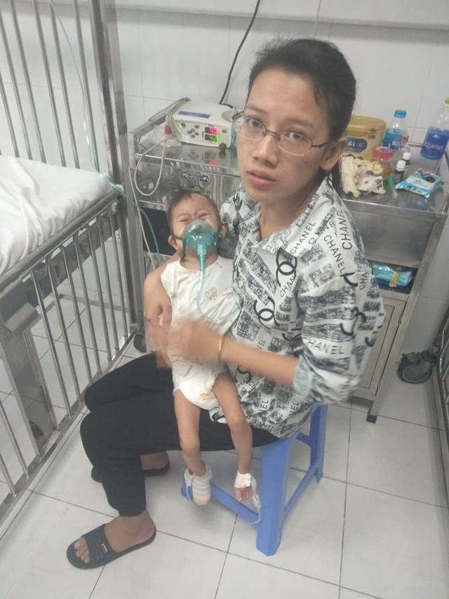 """Xót xa cháu bé 3 tuổi nặng 4,5kg mang nhiều """"khiếm khuyết"""" cần sự trợ giúp - Ảnh 5."""