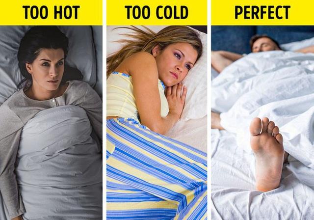 Tại sao đắp chăn đi ngủ mà chúng ta cứ phải thò chân ra ngoài mới chịu được: Thắc mắc có vẻ ngẩn ngơ nhưng hóa ra đều có nguyên do cả - Ảnh 2.