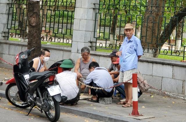 Bất chấp lệnh cấm từ 1/8, người Hà Nội vẫn có chỗ ngồi trà đá, vỉa hè chỉ vắng trước cơn mưa giông bất chợt - Ảnh 7.