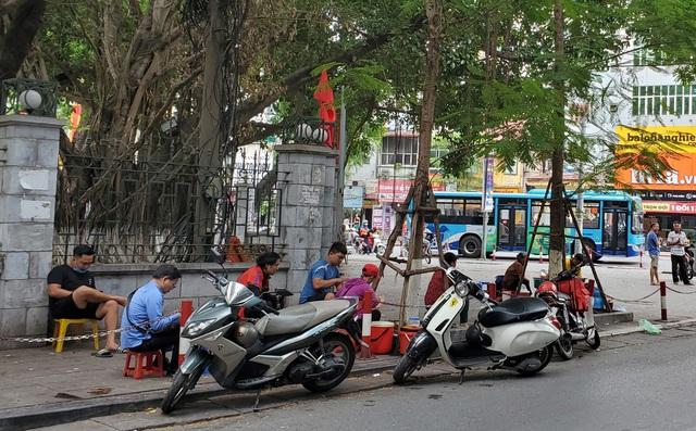 Bất chấp lệnh cấm từ 1/8, người Hà Nội vẫn có chỗ ngồi trà đá, vỉa hè chỉ vắng trước cơn mưa giông bất chợt - Ảnh 6.
