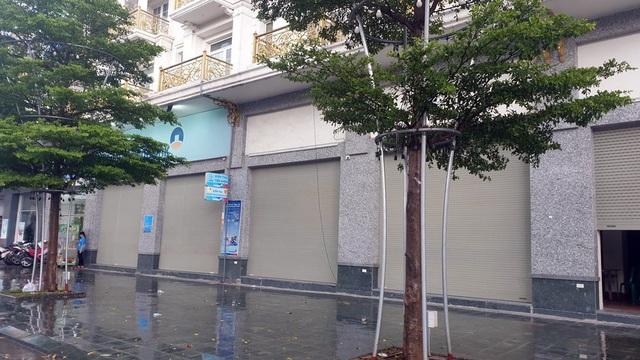 Bất chấp lệnh cấm từ 1/8, người Hà Nội vẫn có chỗ ngồi trà đá, vỉa hè chỉ vắng trước cơn mưa giông bất chợt - Ảnh 3.