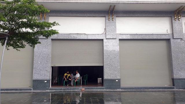 Bất chấp lệnh cấm từ 1/8, người Hà Nội vẫn có chỗ ngồi trà đá, vỉa hè chỉ vắng trước cơn mưa giông bất chợt - Ảnh 5.