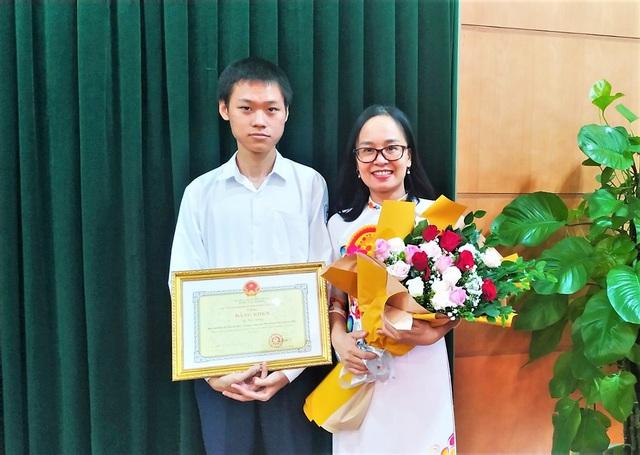 Hải Phòng trao thưởng cho giáo viên và nam sinh lớp 12 giành HCV Olympic Hóa học quốc tế 2020  - Ảnh 2.