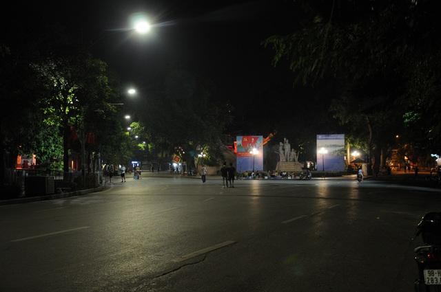 Đêm cuối tuần vắng vẻ của Hà Nội sau lệnh cấm hàng quán vỉa hè, tụ điểm ăn chơi - Ảnh 3.