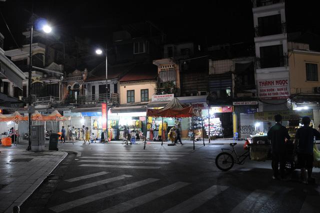 Đêm cuối tuần vắng vẻ của Hà Nội sau lệnh cấm hàng quán vỉa hè, tụ điểm ăn chơi - Ảnh 4.