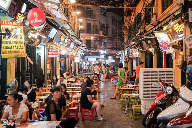 Phố ăn chơi ở Hà Nội vắng khách trước giờ đóng cửa - Ảnh 2.