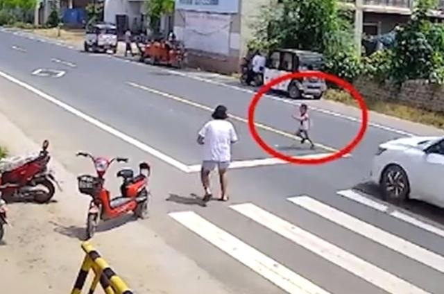 Cậu bé 3 tuổi băng qua đường bị xe tông văng 20 mét, người mẹ chứng kiến toàn bộ sự việc nhưng không thể cứu con - Ảnh 1.