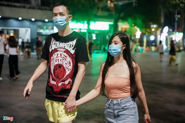 Phố ăn chơi ở Hà Nội vắng khách trước giờ đóng cửa - Ảnh 13.