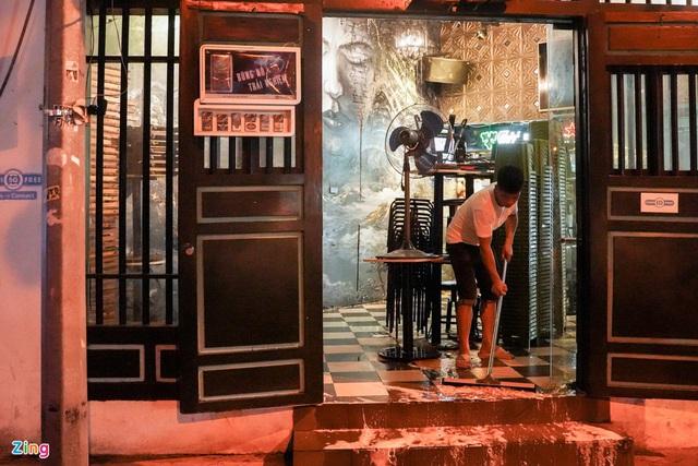 Phố ăn chơi ở Hà Nội vắng khách trước giờ đóng cửa - Ảnh 14.