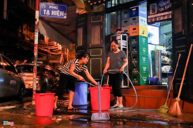 Phố ăn chơi ở Hà Nội vắng khách trước giờ đóng cửa - Ảnh 15.
