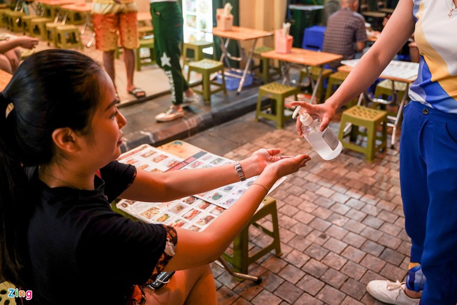 Phố ăn chơi ở Hà Nội vắng khách trước giờ đóng cửa - Ảnh 5.