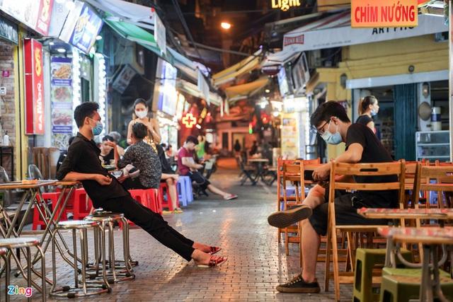 Phố ăn chơi ở Hà Nội vắng khách trước giờ đóng cửa - Ảnh 7.