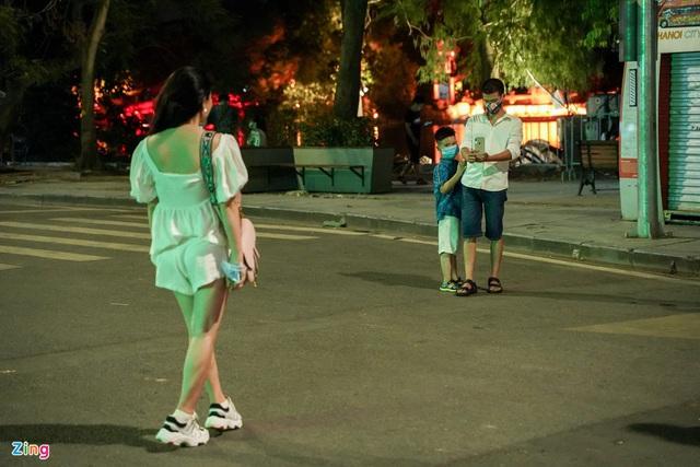Phố ăn chơi ở Hà Nội vắng khách trước giờ đóng cửa - Ảnh 11.