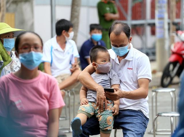 Người dân Đà Nẵng yên tâm khi được lấy mẫu xét nghiệm COVID-19 - Ảnh 4.