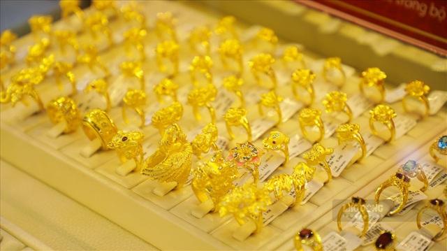 Giá vàng hôm nay 18/8: Bất ngờ tăng dựng đứng khiến người mua ngơ ngác - Ảnh 1.