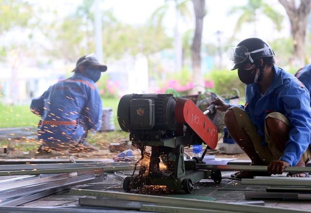 Mục sở thị cuộc xây lắp thần tốc bệnh viện dã chiến ở Đà Nẵng - Ảnh 7.